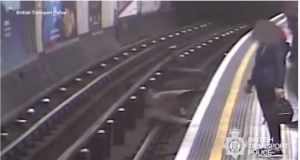 Video: Empuja a anciano a las vías del metro