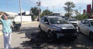 Automóvil es golpeado por un camión