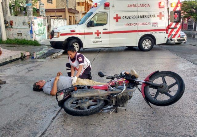 Motorista derrapa en aguas negras