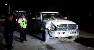 Ebrios chocan contra camioneta estacionada