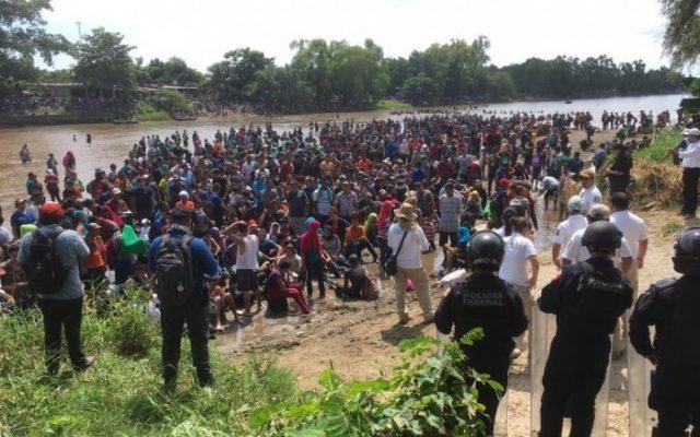 Video: Cruzan migrantes río hacia México