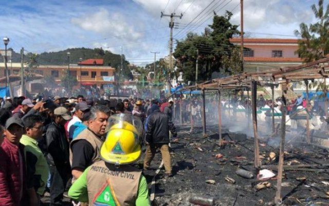 Video: Se incendia mercado de pirotecnia en Chamula