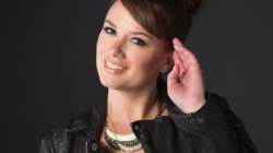 A autora Rebecca Donovan confessa que a música Girls Lik...