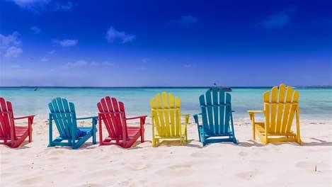 Cadeiras de praia coloridas na praia de Aruba