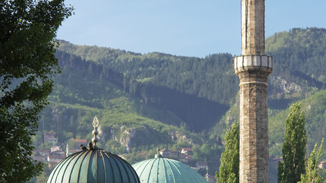 Mesquita histórica e fonte em Sarajevo