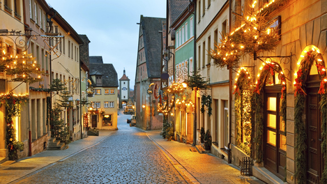 Rua de Rothenburg ob der Tauber no clima natalino
