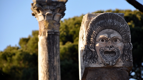 Escultura de máscara em Ostia-Antica