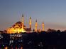A bela mesquita de Süleymaniye à noite
