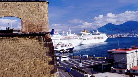 Navio em porto da Itália