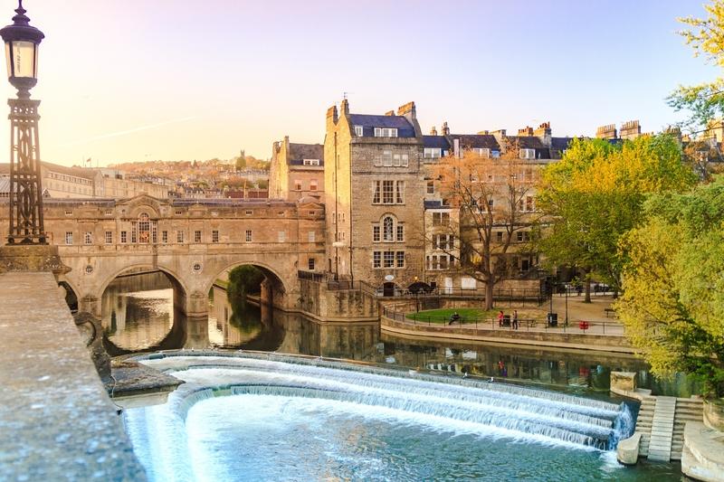 A Ponte Pulteney do século 18, na histórica Bath, apenas um dos muitos destinos tentadores no Reino Unido, principalmente para os turistas que gostam de uma barganha