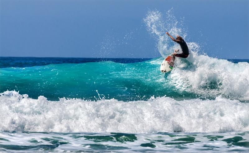 Um surfista pegando uma onda na tranquila Baixa Califórnia