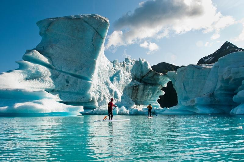 Estudando o derretimento de calotas polares via stand up paddle, no Lago Bear, no Parque Nacional dos Fiordes de Kenai.