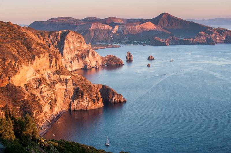 Vista da costa oeste de Lipari para Vulcano, no idílico arquipélago das Eólias