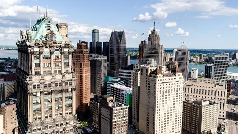 Os arranha-céus em art-déco do centro de Detroit, uma cidade que está se recuperando, depois de anos de decadência
