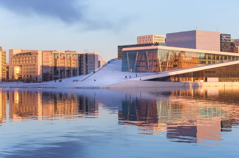 As linhas diagonais limpas do Opera House de Oslo têm sido uma atração desde 2007, o que indica o gosto da cidade por arquitetura inovadora