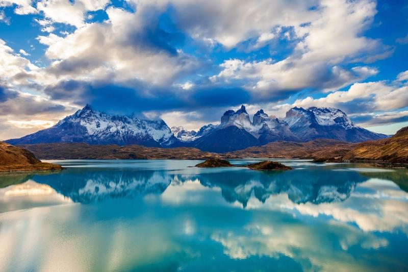 O Rio Paine segue seu curso desde o elevado Maciço de Paine, no Parque Nacional de Torres del Paine, com seus incríveis desenhos naturais da Patagônia chilena