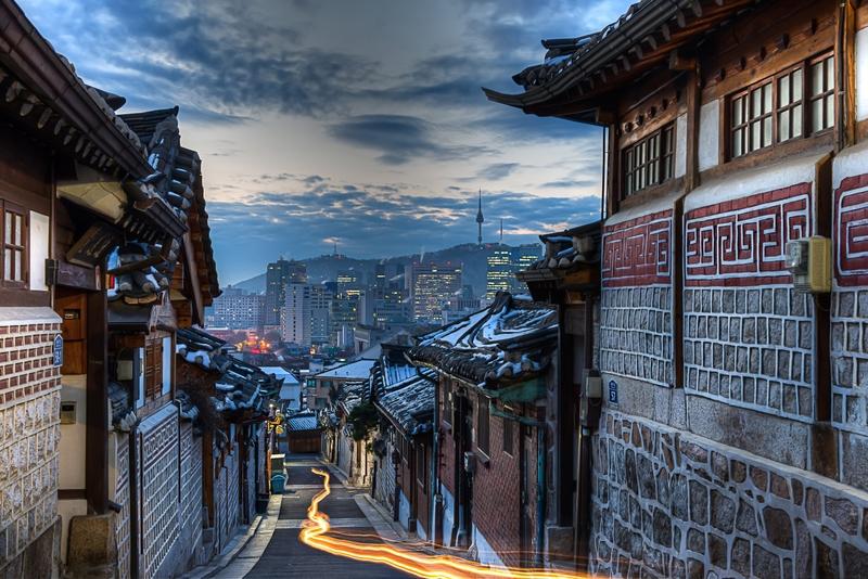 Moradias tradicionais em contraste com a capital futurística da Coreia do Sul, Seul