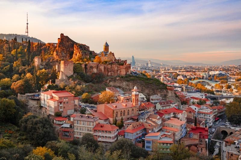 Construída como uma cidadela persa no século 4, a Fortaleza Narikala oferece uma vista incrível para a Velha Cidade labiríntica de Tbilisi, a capital da Geórgia.