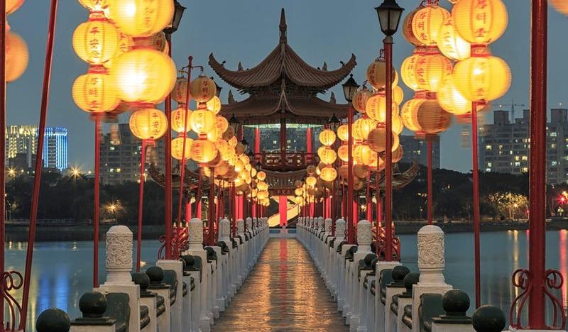 A maioria dos pagodes e templos ao redor do Lago Lótus de Kaohsiung foram construídos no século 20, inclusive os Pavilhões da Primavera e do Outono, em 1953