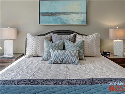 Queen sized bed in bedroom