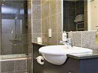 Bishopsgate Apartments - Bathroom