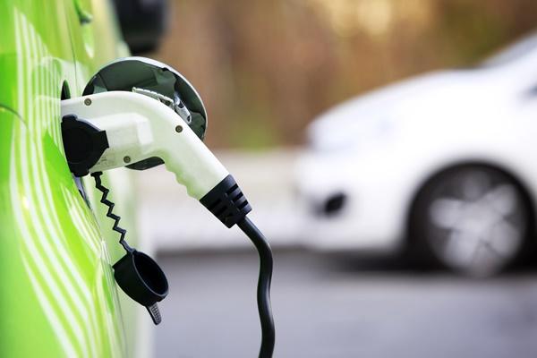 Inglaterra vai testar estradas que recarregam carros elétricos enquanto eles transitam