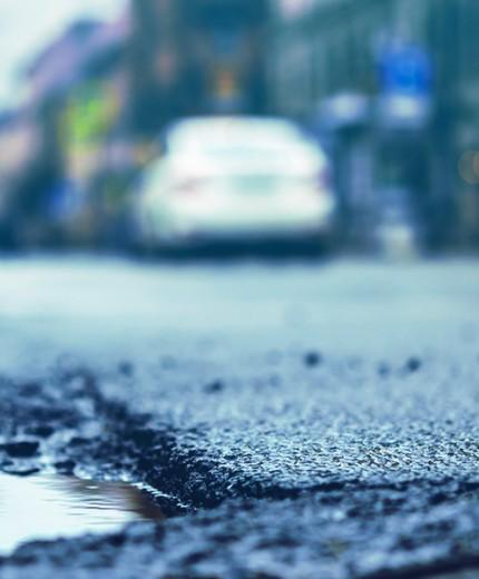 Como os buracos prejudicam seu carro e o que fazer para evitar danos