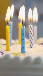 candles-on-birthday-cake-iphone-5-wallpaper
