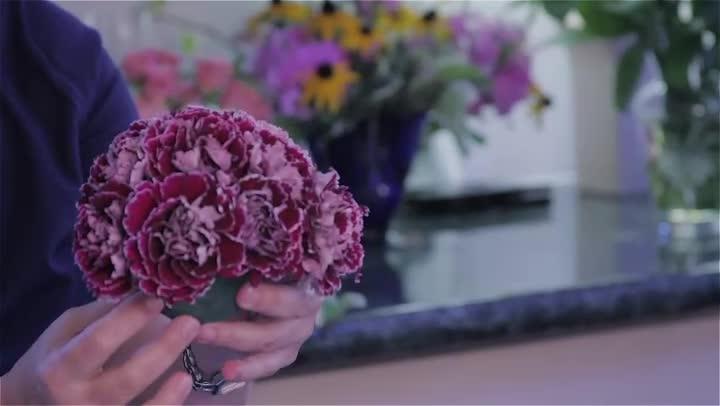Video making flower arrangements for a sweet sixteen for Flower arrangements for sweet 16