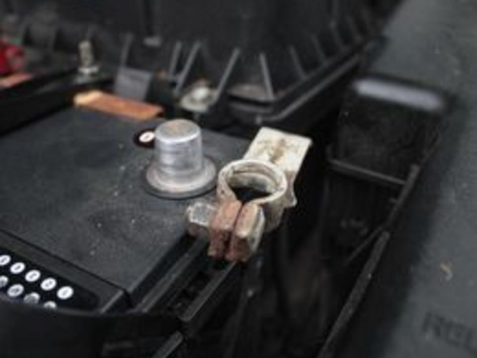 how to clean corroded car battery terminals it still runs. Black Bedroom Furniture Sets. Home Design Ideas