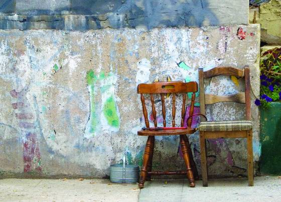 Chairs_and_graffiti