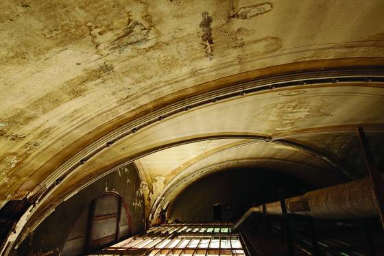 Old_ballroom_ceiling