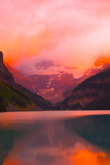 Dawn_at_lake_louise