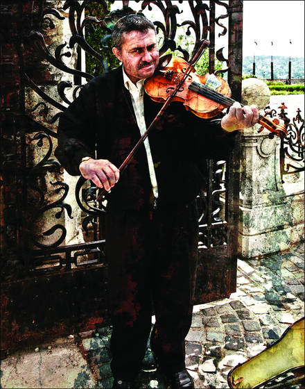 Busker_at_buda_castle_gate