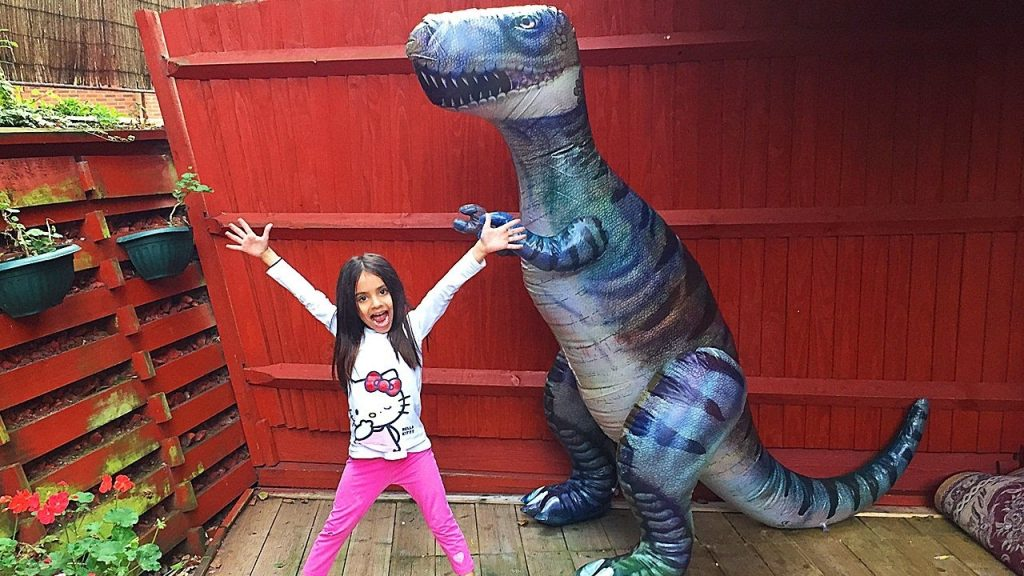 Giant Life Size Dinosaur Attacks Minnie Bad Magic Toys Transformation Pretend Play Superhero Kid