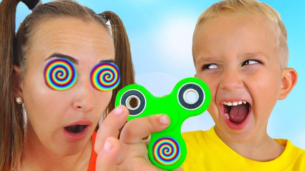 BAD KIDS MAGIC FIDGET SPINNER! Mommy Freaks Out! Pretend Play Family fun toys Prank