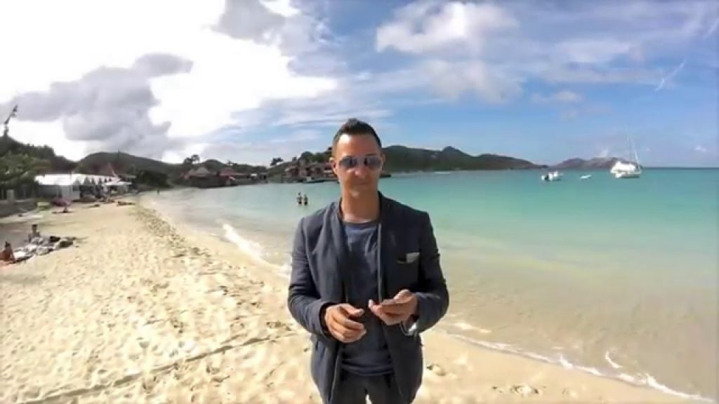 incredible magician change papers magazine to money ! Magic on the beach !