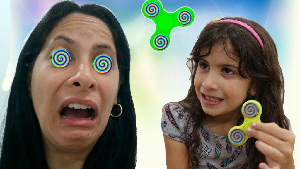 Hipnotizei a minha mãe com meu Spinner Mágico! (Bad Kids Magic Fidget Spinner Hypnotize Mommy!)