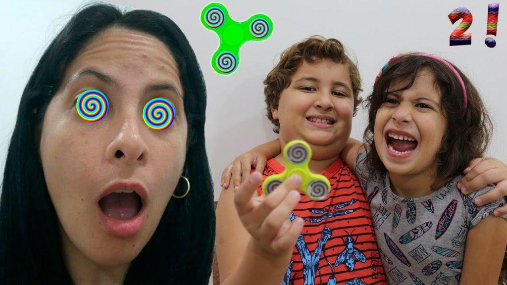 Hipnotizei a minha mãe com meu Spinner Mágico 2! (Bad Kids Magic Fidget Spinner Hypnotize Mommy!)