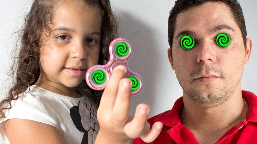 MEU FIDGET SPINNER HIPNOTIZADOR (Bad Kids Magic Fidget Spinner Hypnotize Mommy!)