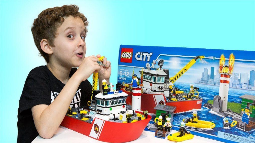 PAULINHO e o LEGO City Barco de Combate ao Fogo dos Bombeiros para Crianças – Kids Playing Lego Toys