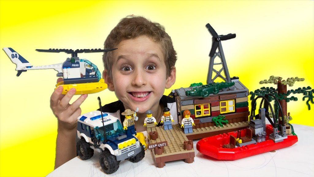Paulinho Brincando de LEGO City Esconderijo no Pantano + Historinha  para Crianças