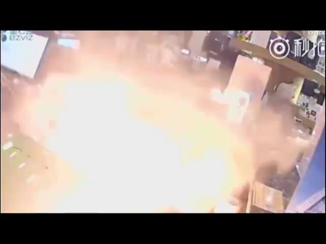 شاهد|| لحظة إنفجار جوال أين فون في محل   IPhone Explosion