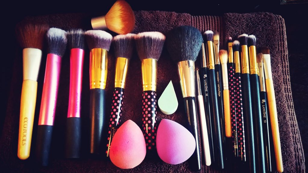 HOW TO: CLEAN MAKEUP BRUSHES & SPONGES USING CINEMA SECRETS BRUSH CLEANSER
