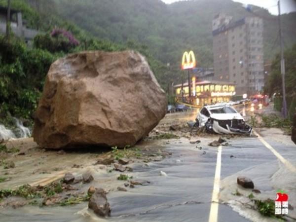 boulder-car-smash-1