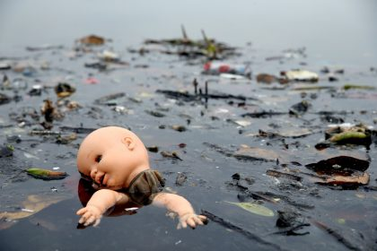 RIO DE JANEIRO, BRAZIL - JULY 29: Pollution floats in Guanabara Bay, site of sailing events for the Rio 2016 Olympic Games, on July 29, 2015 in Rio de Janeiro, Brazil. The Rio government promised to clean 80 percent of pollution and waste from the bay in time for the games but admits that goal now is unlikely to be reached. August 5 marks the one-year mark to the start of the Rio 2016 Olympic Games. (Photo by Matthew Stockman/Getty Images)