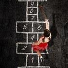4485763 giovane e bella donna di gioco della campana con un abito rosso