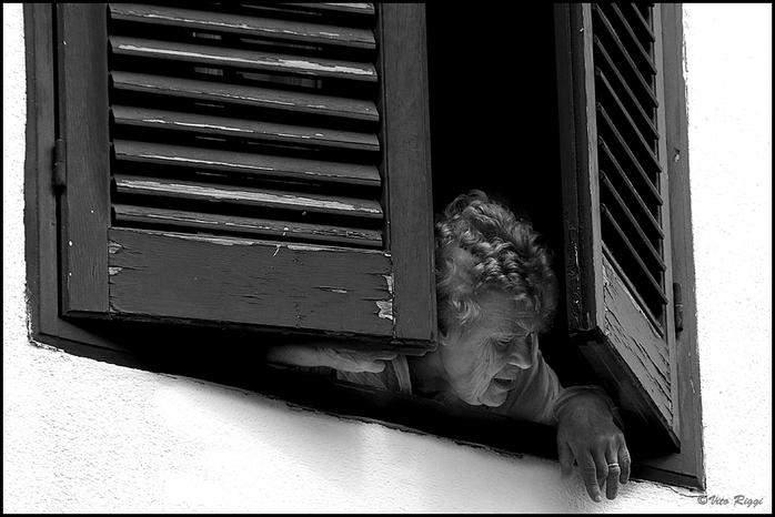 Alla finestra a21331605