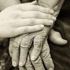 9483129 mani vecchie e giovani le mani della vecchia donna  84 anni coperti con mani giovani