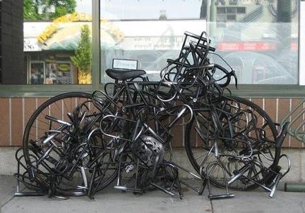 Bicicletta lucchetti scultura